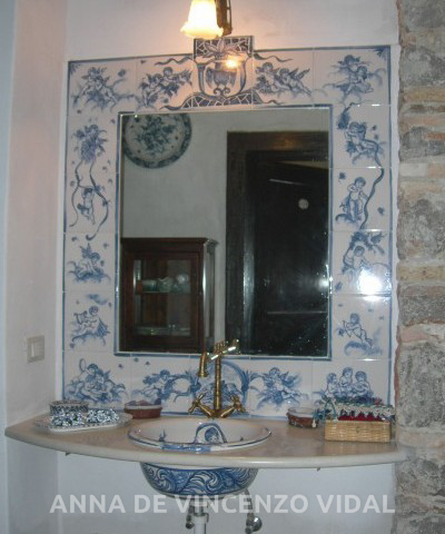 Bagno stile vecchia savona il lavandino fatto al tornio maiolicato e dipinto nel medesimo stile - Bagni completi in offerta ...